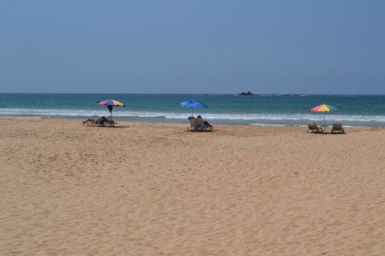 Bentota Beach by Cinnamon : Пляж рядом с отелем