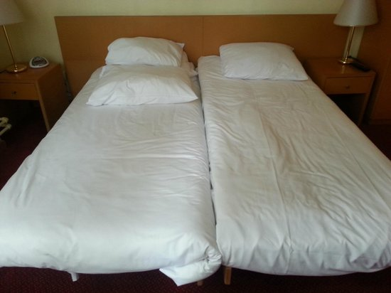 BEST WESTERN City Centre: 2 single beds make the bed