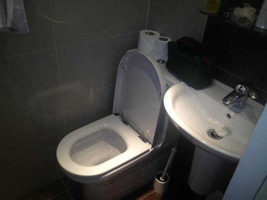 Judd Hotel: Small toilet room but very clean