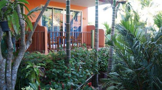 Vanida Garden Resort : вид на наш номер с территории