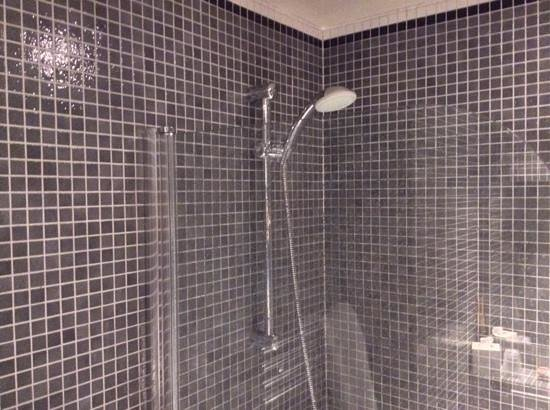 Hotel de Londres Eiffel : Bathroom with a proper power shower
