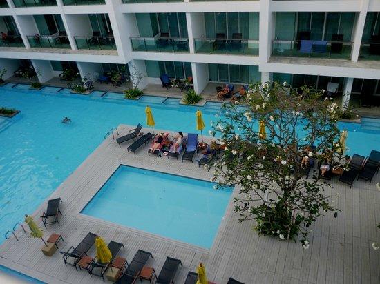 The Old Phuket : grande piscina che circonda le camere nell'ala nuova