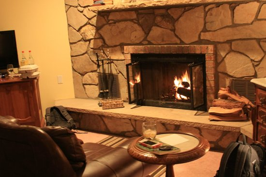 Creekside Inn at Sedona : the fireplace in our room