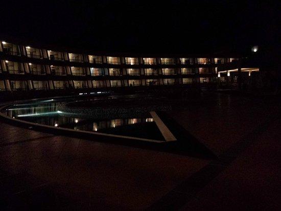 Geranios Suites & Spa : piscina por la noche