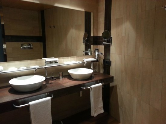 Hotel Eguren Ugarte: Possibly the biggest and most luxuries bathroom ever!