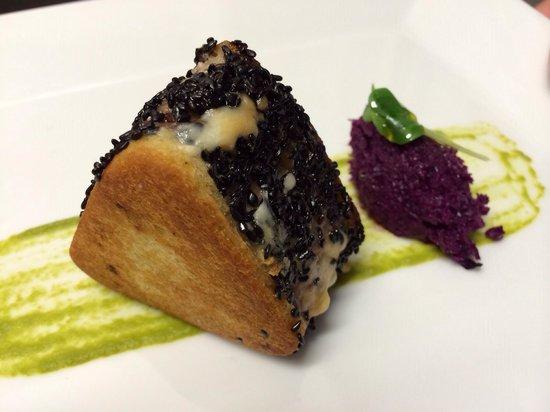 Nassa Osteria di Mare : Toast di tonno, provola affumicata, olive taggiasche, sesamo nero tostato e cavolo cappuccio vio