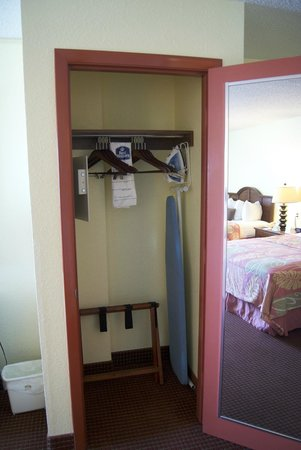 BEST WESTERN Aku Tiki Inn: Room 302 Wardrobe, Iron, Board, Safe