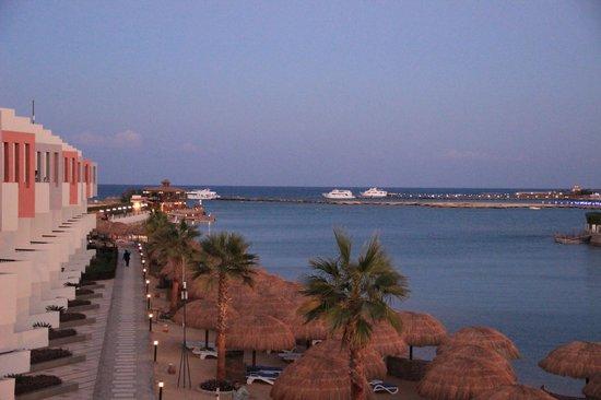 SUNRISE Grand Select Crystal Bay Resort : Вид из нашего номера!Вечер.