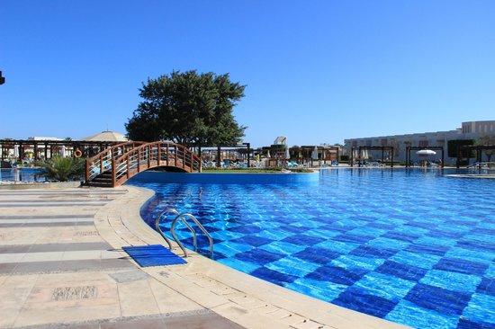 SUNRISE Grand Select Crystal Bay Resort : Один из бассейнов