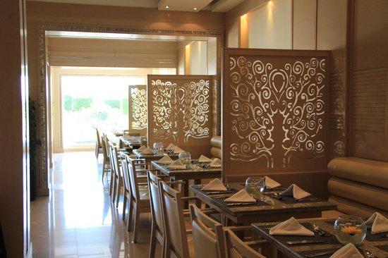 SUNRISE Grand Select Crystal Bay Resort : Один из залов ресторана