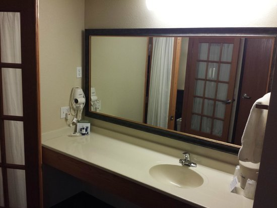 AmericInn Lodge & Suites Fort Dodge: Vanity area