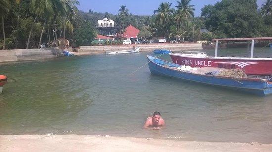Baga Beach : Тут стоят лодочки на которых можно переплыть на другую сторону маленькой речушки