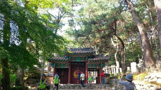 Geumgang Park: A temple entrance on the walk to the cable car