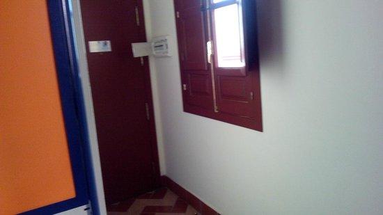 Apartamentos - Suites Santa Cruz: Entrada habitación