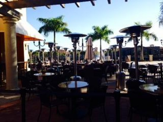 Pagelli's Cucina: Empty outdoor seating but could not be seated at 4:30
