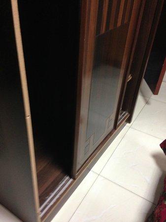 Dana Hotel : Closet falling apart at Dana