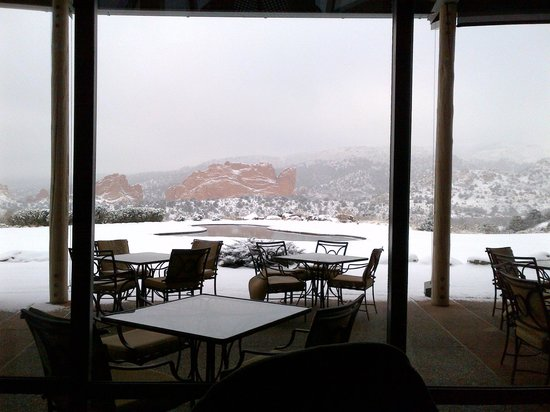 Garden of the Gods Club and Resort: Breakfast view next day with snow