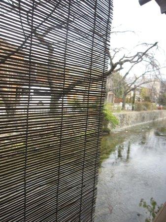 Shiraume: 窗外白川