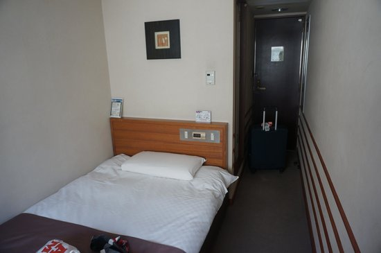 Kadoya Hotel: Tiny and compact room.