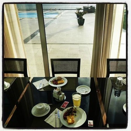 Aparthotel Atlântida Mar: Breakfast in a nice restaurant overlooking the pool and ocean.
