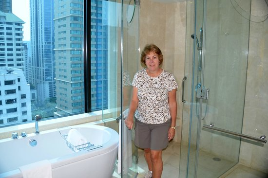 Renaissance Bangkok Ratchaprasong Hotel : our bathroom had the Wow Factor!