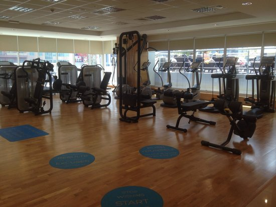 Movenpick Hotel Jumeirah Lakes Towers: The Gym on the pool level