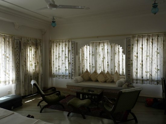 Raj Niwas Hotel: chambre coin salon