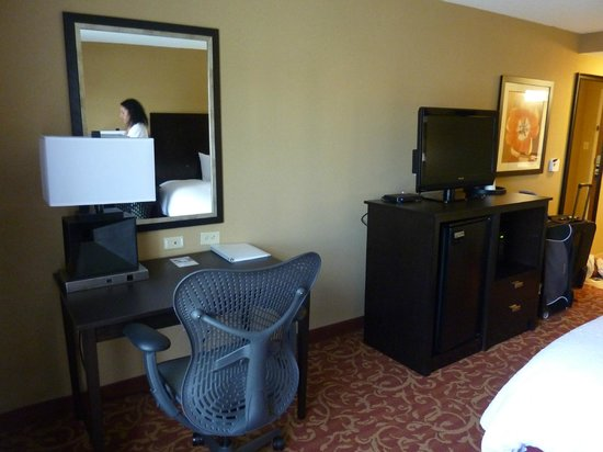 Hampton Inn & Suites Memphis-Shady Grove Road: Desk and TV