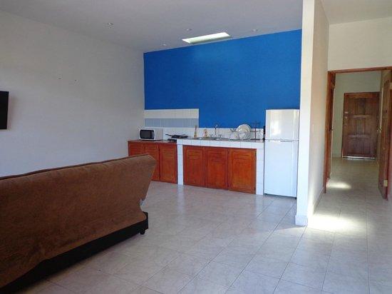 Downtown Suites : Salon avec kitchenette