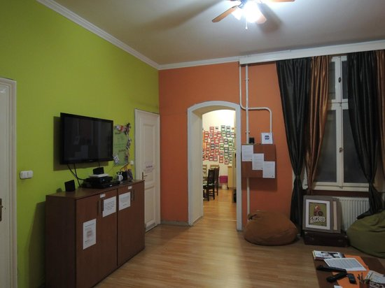 Njoy Budapest Hostel : Livingroom and kitchen