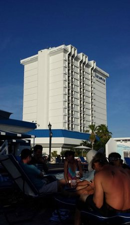 Bahia Mar Fort Lauderdale Beach - a Doubletree by Hilton Hotel: View of hotel from pool