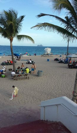 Bahia Mar Fort Lauderdale Beach - a Doubletree by Hilton Hotel: End of walkway to beach from hotel