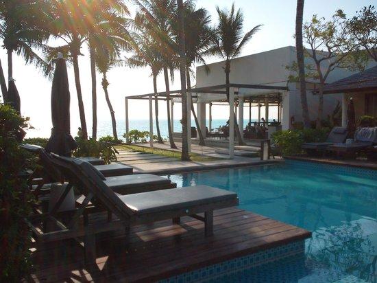 Baan Talay Resort: Pool and restaurant