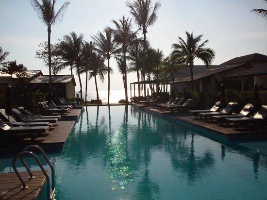 Baan Talay Resort: Pool looking towards beach
