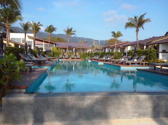 Baan Talay Resort: Pool looking back into hotel