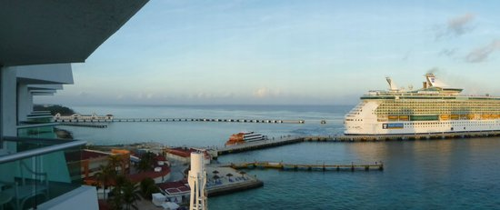 El Cid La Ceiba Beach Hotel: View toward cruise ship pier.