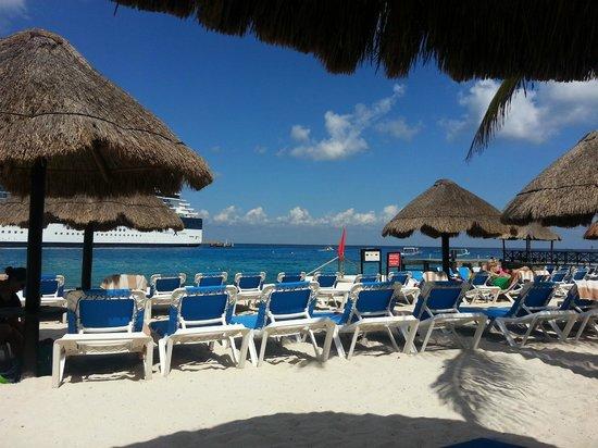 El Cid La Ceiba Beach Hotel: Beach Area behind bulkhead