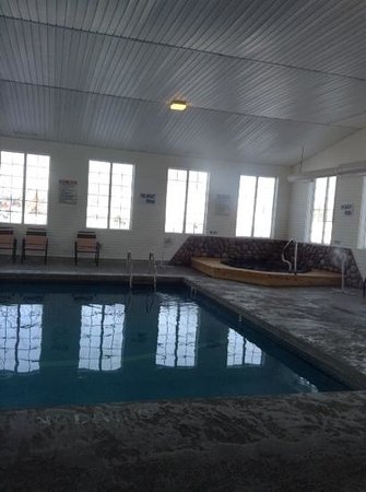 Cedarville Lodge: pool and hot tub