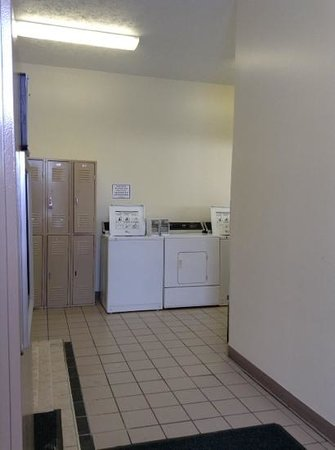 Cedarville Lodge: laundry and ice machine