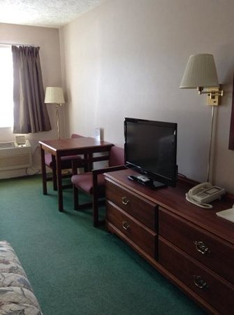 Cedarville Lodge: desk and dresser in double queen