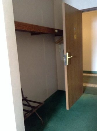 Cedarville Lodge: closet and hangers