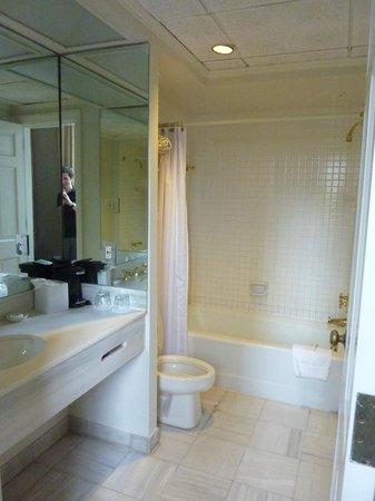 The Lafayette Hotel: Bathroom