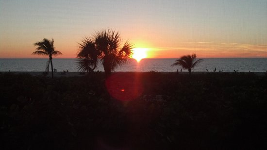 'Tween Waters Island Resort & Spa: Sunset, Gulf Side View