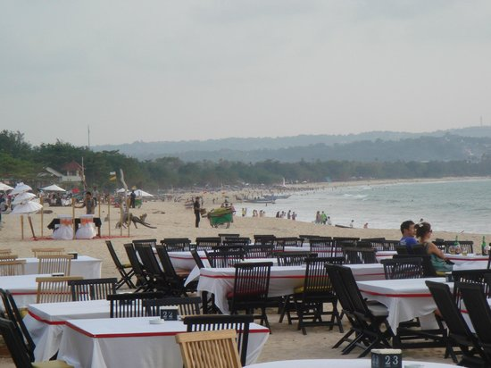 Jimbaran Bay : other cafe tables and beach activities on the horizon
