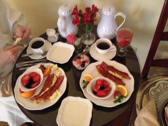 John Rutledge House Inn: Outstanding Breakfast Choices Delivered Hot