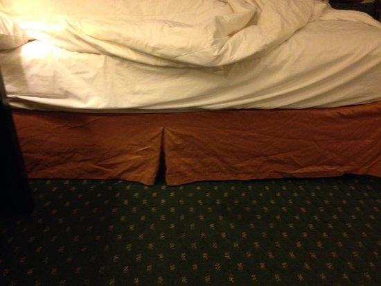 Quality Inn & Suites: Crumpled and stained bed skirt