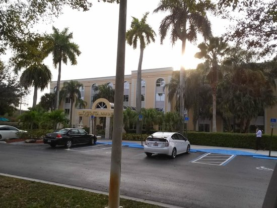 La Quinta Inn & Suites Coral Springs South: View of front of hotel