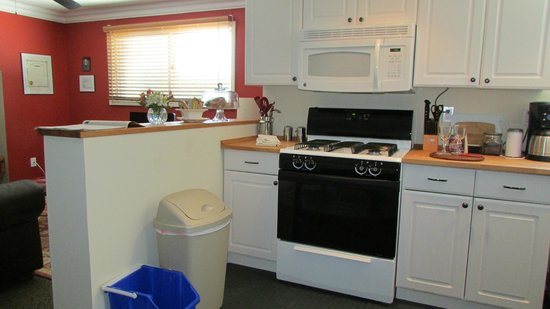 The Galloway House Apartment and Breakfast: Cook a meal in your room!!