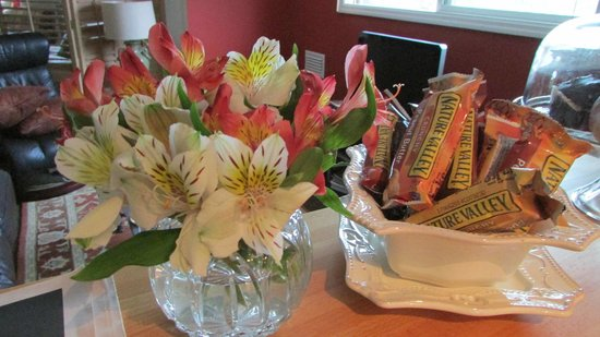 The Galloway House Apartment and Breakfast: Flowers and treats in room.