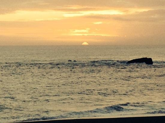 Seacliff Motel on the Bluff : Beautiful sunset over the Pacific!